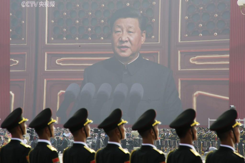 中華人民共和国の建国70年祝賀行事で習近平国家主席の講演を聞く人民解放軍兵士(ロイター)