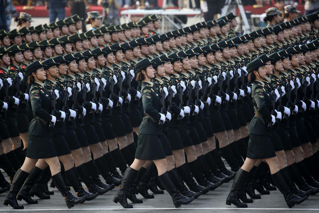 パレードする人民解放軍の女性兵士(AP)
