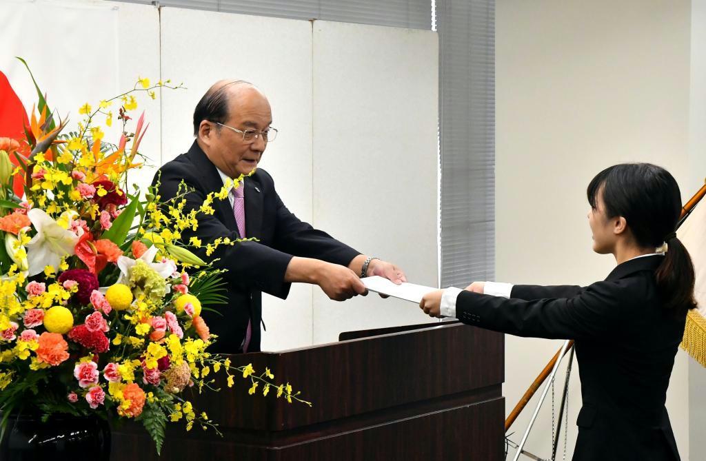 内定証書を手渡す西日本鉄道の倉富純男社長