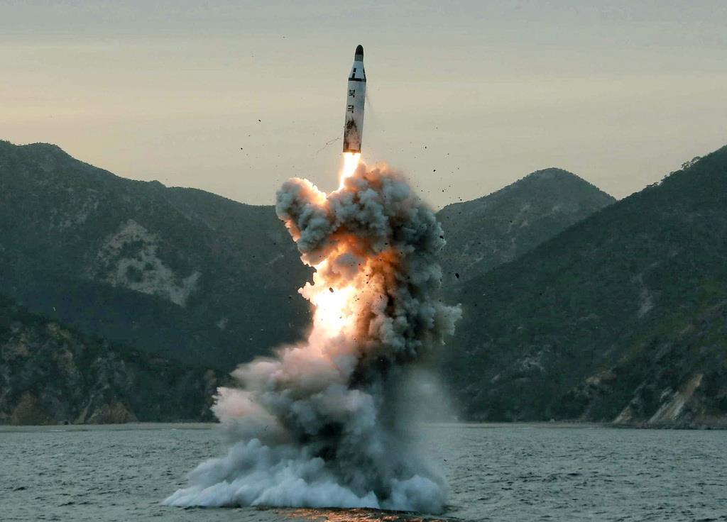 朝鮮中央通信が2016年4月に報じた、北朝鮮による潜水艦発射弾道ミサイル(SLBM)の試験発射。日時、場所は不明(朝鮮中央通信=共同)