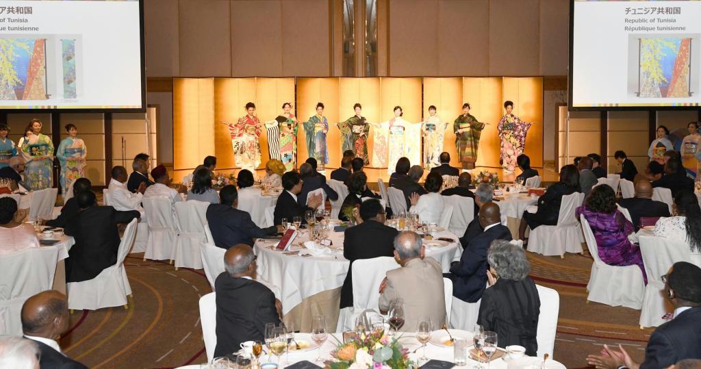 第7回アフリカ開発会議(TICAD7)の参加者に披露された、各国をモチーフにした着物=8月29日、横浜市西区(TICAD7事務局提供)