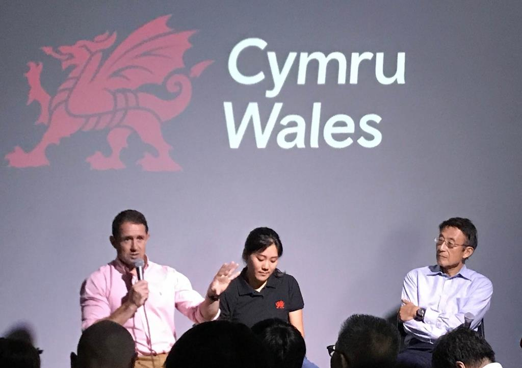 「ウェールズ・ドーム」でのトークイベントで語るシェーン・ウィリアムスさん(左端)