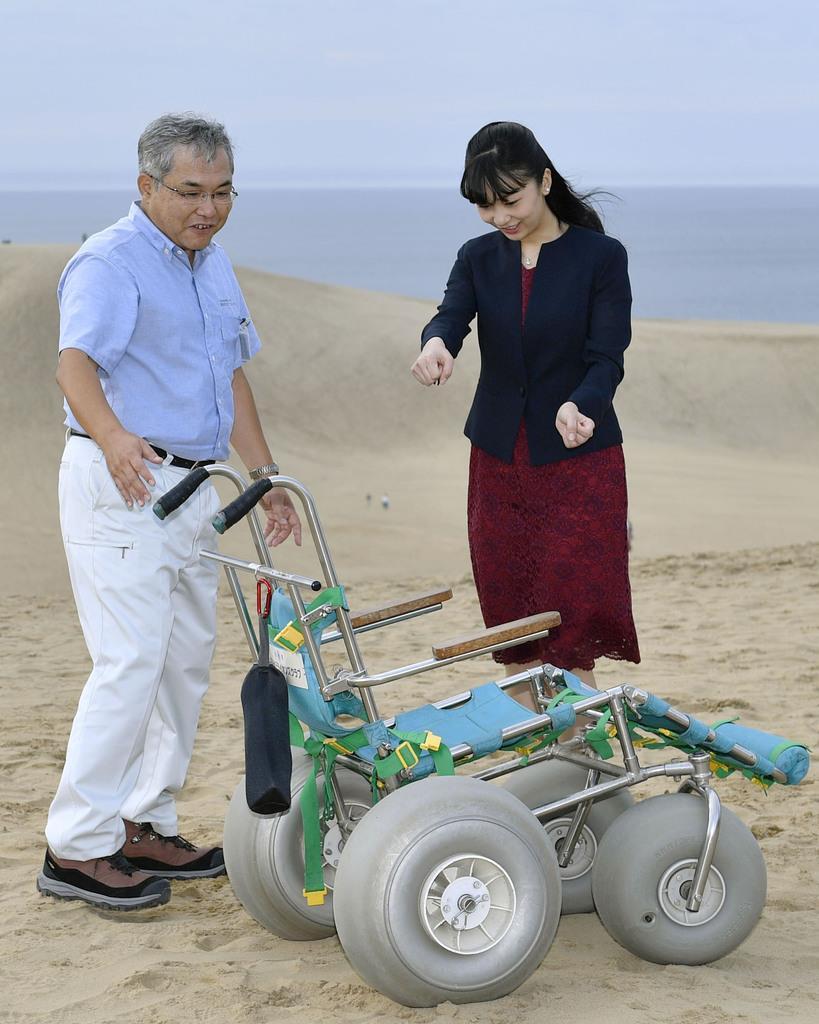 鳥取砂丘を視察される秋篠宮ご夫妻の次女、佳子さま=28日、鳥取市