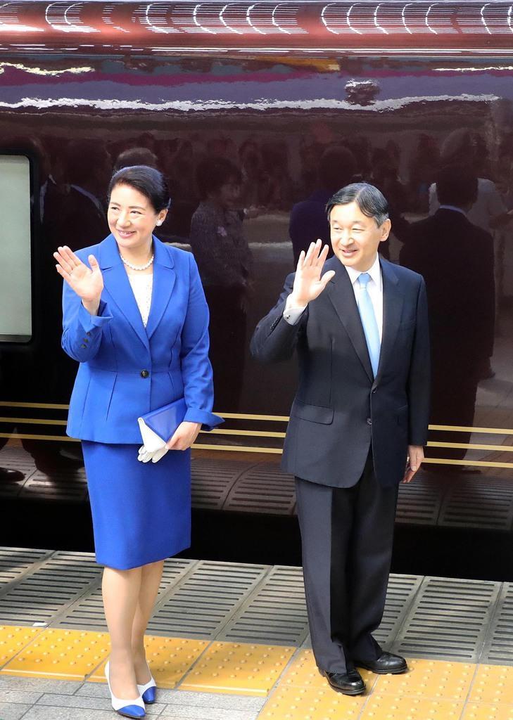 お召し列車で出発される天皇、皇后両陛下=28日午前、JR東京駅(松本健吾撮影)