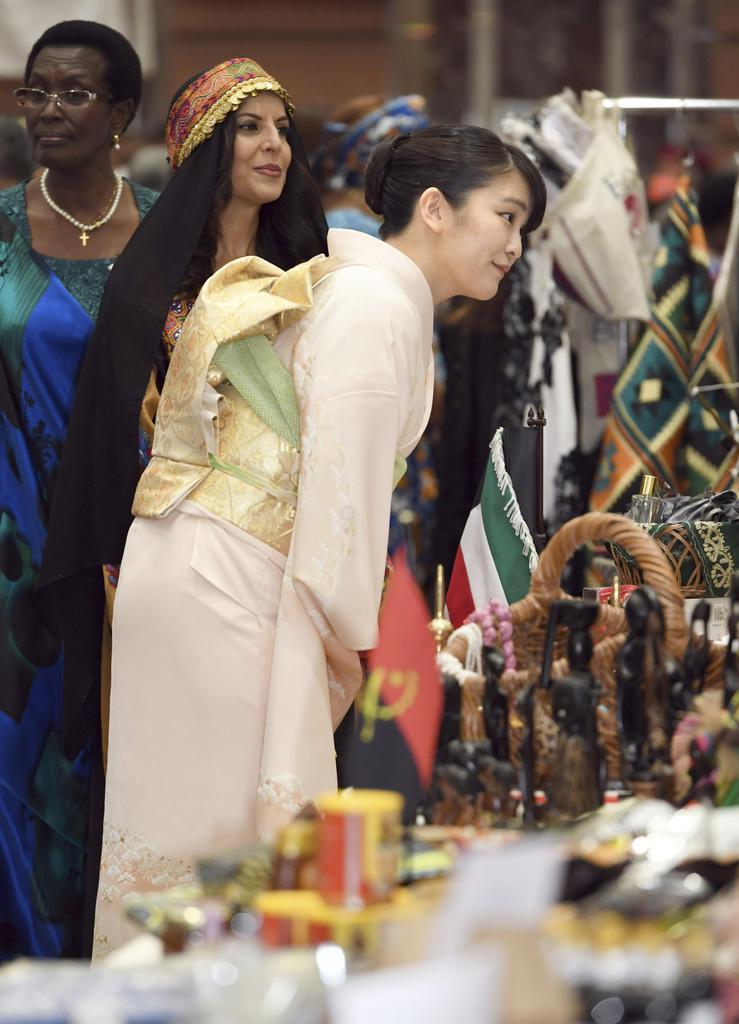 日本中近東アフリカ婦人会が主催するチャリティーバザーに出席された秋篠宮ご夫妻の長女、眞子さま=30日午前、東京・日本橋のホテル(代表撮影)