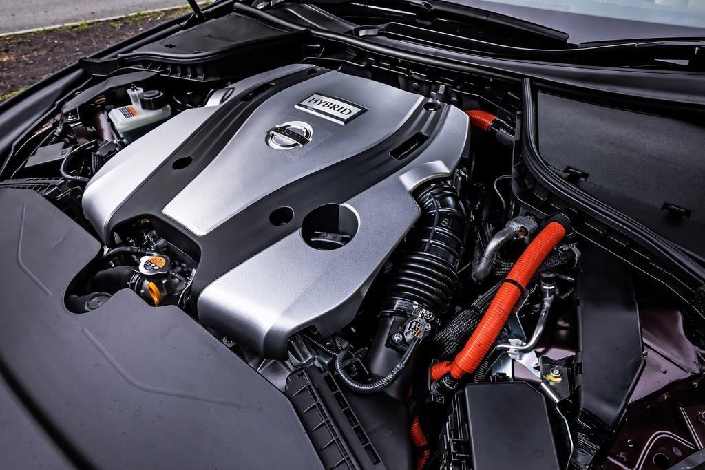 スカイラインに搭載するエンジンは3種。3.5?V6エンジンにモーターを組み合わせたハイブリッドと、3?V6エンジン(前者は最高出力306psで、最大トルクは350Nm、後者は最高出力304psで、最大トルクは400Nm)にくわえ、強化版の3.5?V6エンジン(最高出力405ps、最大トルク475Nm)が特別仕様車の400Rのために用意されている。