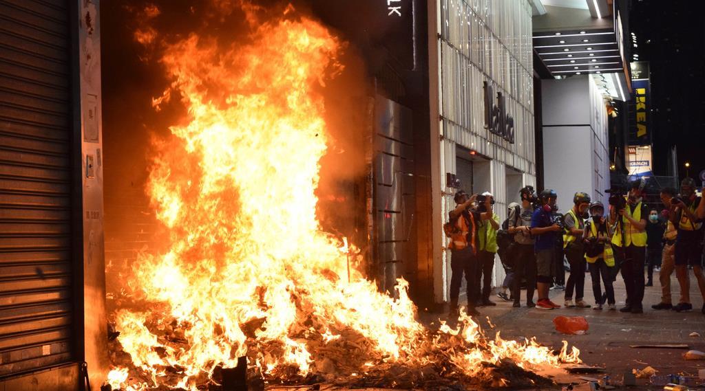 4日夜、香港島の繁華街、銅鑼湾で、デモ隊に放火された地下鉄の出入り口(田中靖人撮影)