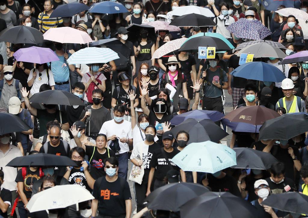 「覆面禁止法」の施行などに抗議し行われたデモ=5日、香港(共同)