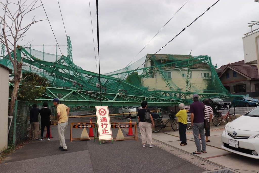 台風15号の影響で住宅地に倒れ込み、民家の屋根などを損壊したゴルフ場の鉄柱=6日、千葉県市原市(白杉有紗撮影)