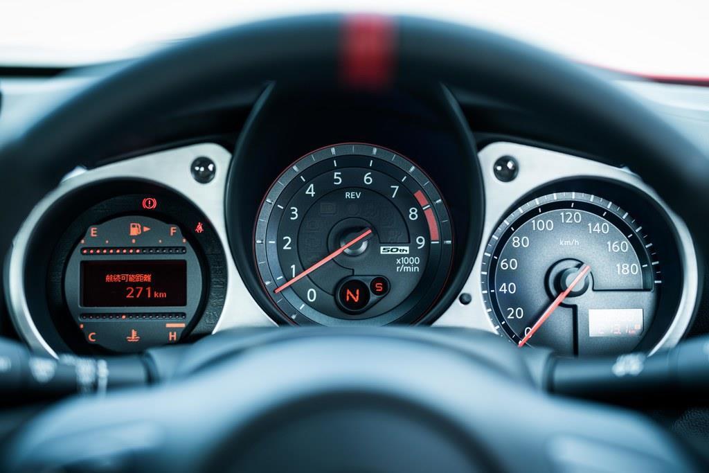 メーターパネルはアナログタイプ。平均燃費や航続可能距離などを表示するマルチインフォメーション・ディスプレイはモノクロ表示。