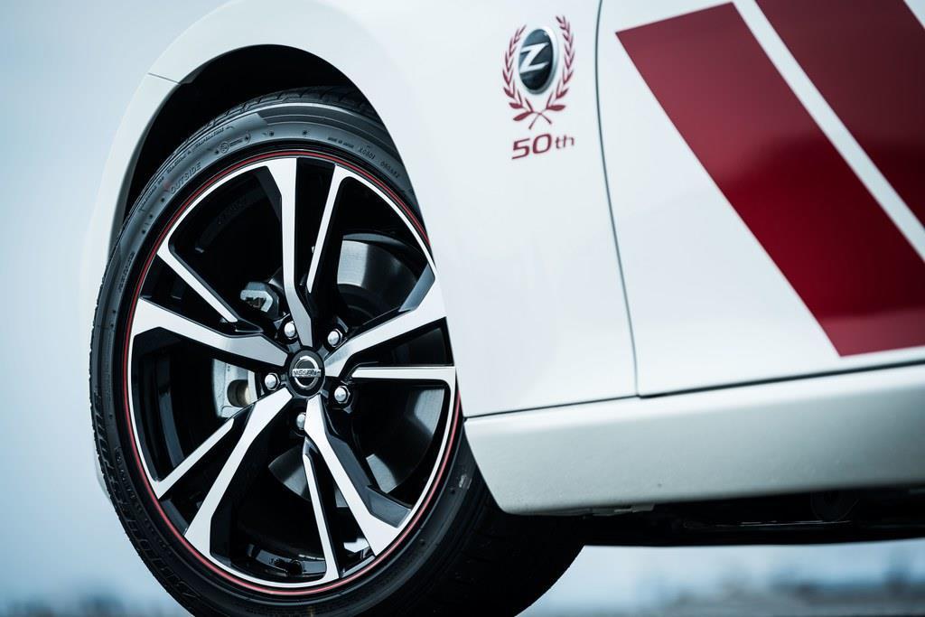 タイヤサイズはフロントが245/40R19、リアが275/35R19。アルミホイールはレイズ社製の50周年記念モデル専用デザイン。