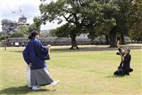 熊本市内の写真館・松尾さん、復興する姿背景に新郎新婦撮影