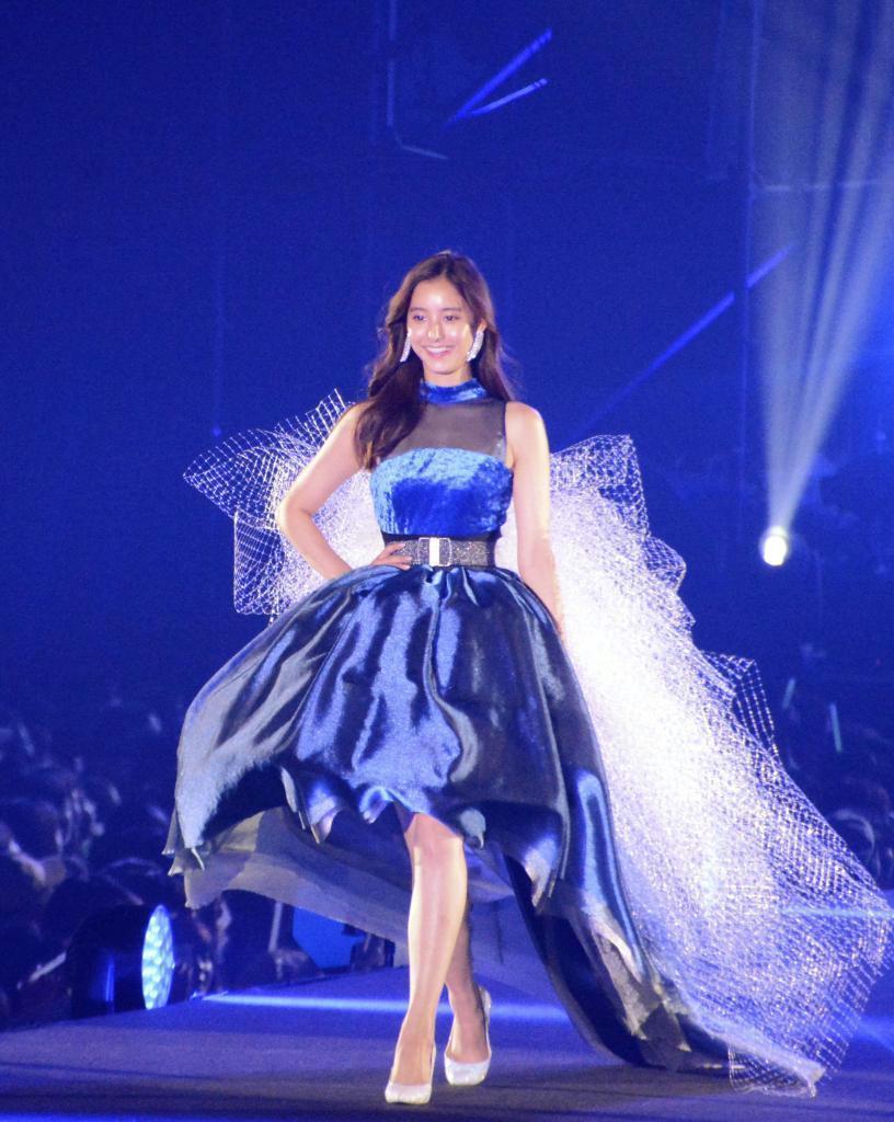 「東京ガールズコレクション」で、地元の学生が制作した衣装を披露する新木優子さん