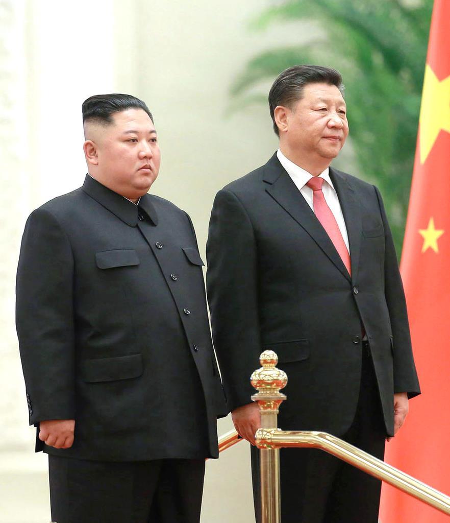 1月、北京の人民大会堂で歓迎式典に臨む北朝鮮の金正恩朝鮮労働党委員長(左)と中国の習近平国家主席(朝鮮通信=共同)
