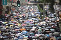 香港デモ マスク禁止抗議で数万人、政府側は「想定内」