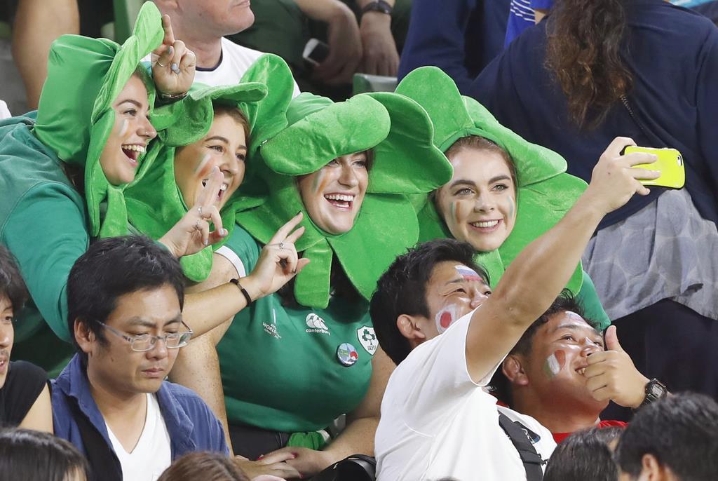 アイルランド-ロシア戦を前に、記念写真を撮るアイルランドサポーターと日本のファン=10月3日、神戸市兵庫区のノエビアスタジアム神戸