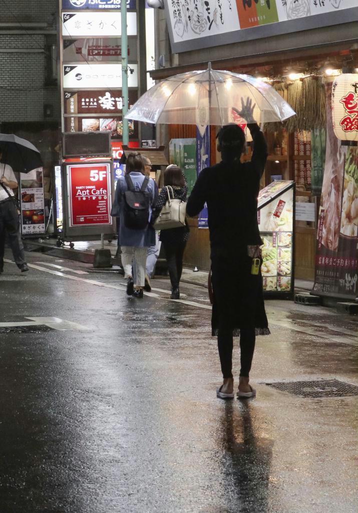 客引きが目立つJR博多駅周辺の繁華街