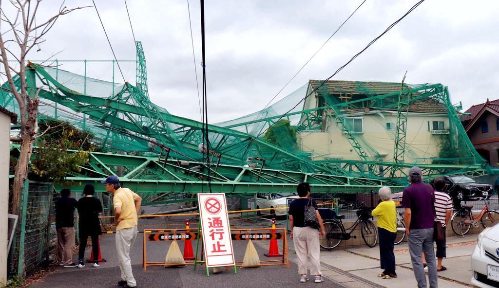 台風15号の影響で住宅地に倒れ込み、民家の屋根などを損壊したゴルフ場の鉄柱=千葉県市原市(白杉有紗撮影)