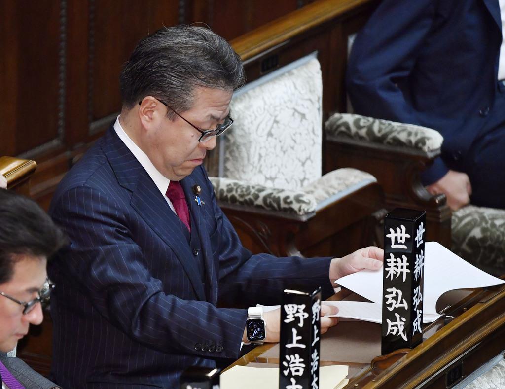 参院本会議に臨む自民党の世耕弘成参院幹事長=8日午前