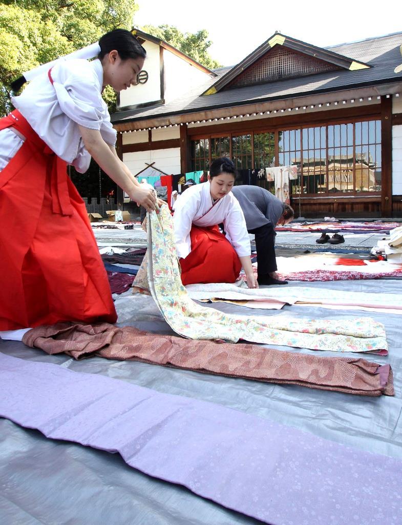 境内で陰干しされる色とりどりの小袖=兵庫県姫路市の播磨国総社