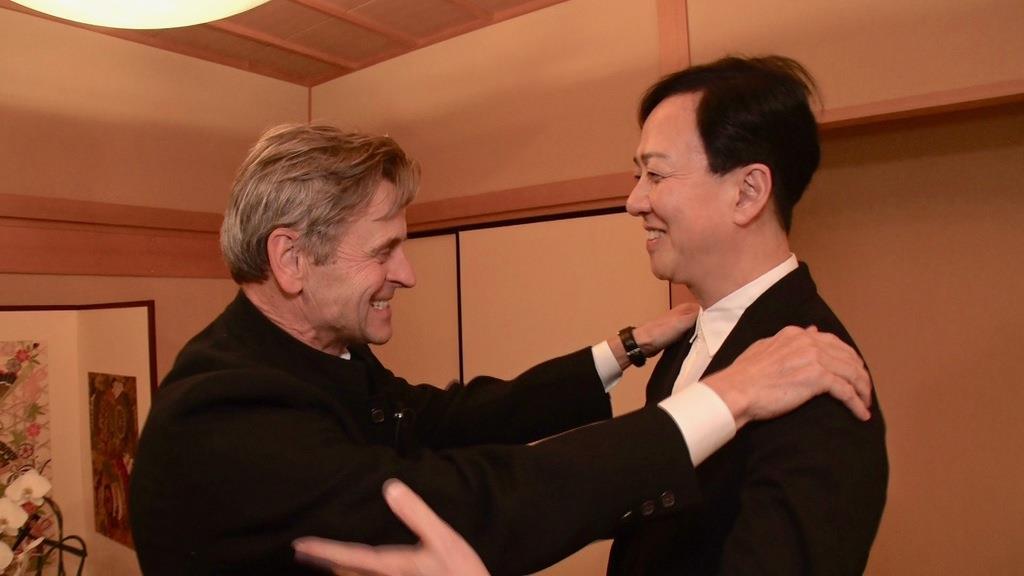 再会を喜ぶ坂東玉三郎さん(右)とミハイル・バリシニコフさん=平成29年(共同テレビジョン提供)