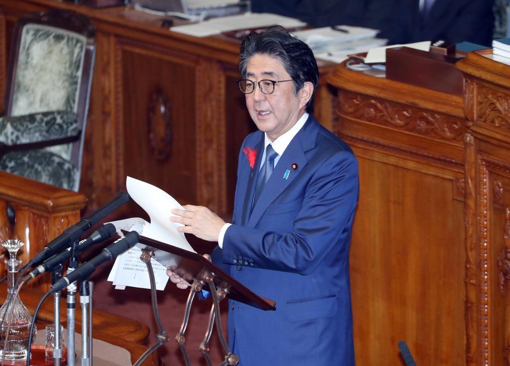 参院本会議で答弁する安倍晋三首相=8日午前、国会(春名中撮影)