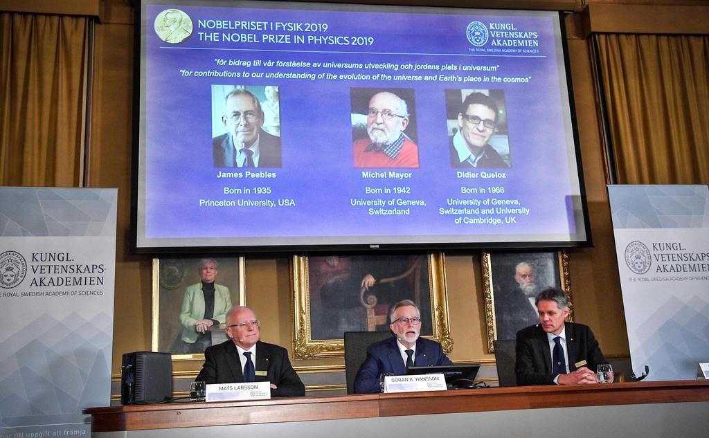 ノーベル物理学賞の受賞者を発表するスウェーデン王立アカデミー=8日(ロイター)