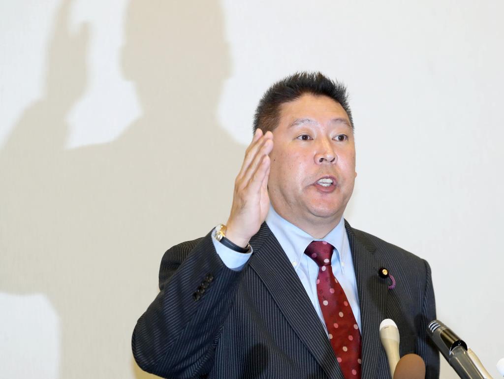 会見で記者団の質問に答える、NHKから国民を守る党・立花孝志党首=8日午後、国会内(春名中撮影)