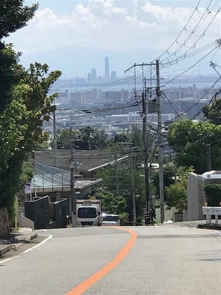 天気が良ければ、ライト坂の中腹から大阪の海沿いのビル群が見える