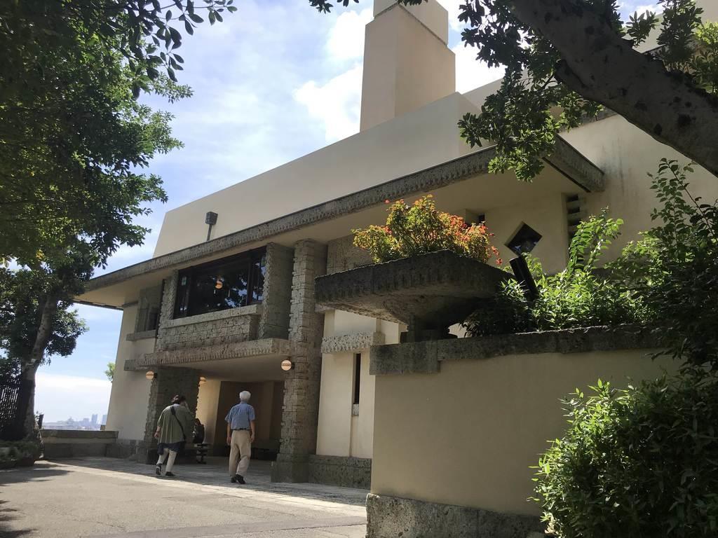ライト坂沿いに建つヨドコウ迎賓館。坂の愛称の由来となった