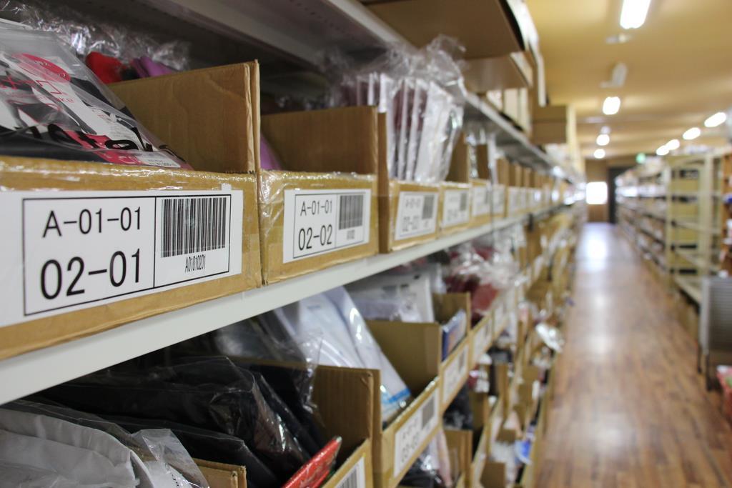 棚に並んだ箱にバーコードを印字し、在庫管理などをしている「すててこ」の倉庫=福井県あわら市