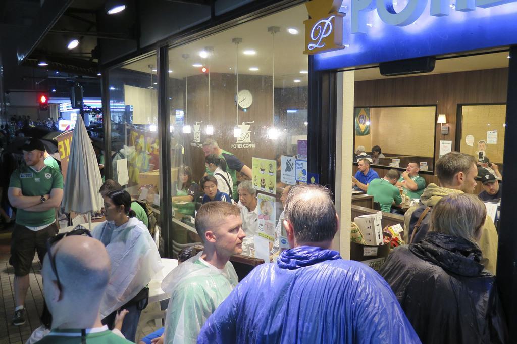 アイルランド-スコットランドの試合後、スタジアム周辺の飲食店を訪れた外国人のファンら=9月22日夜、横浜市