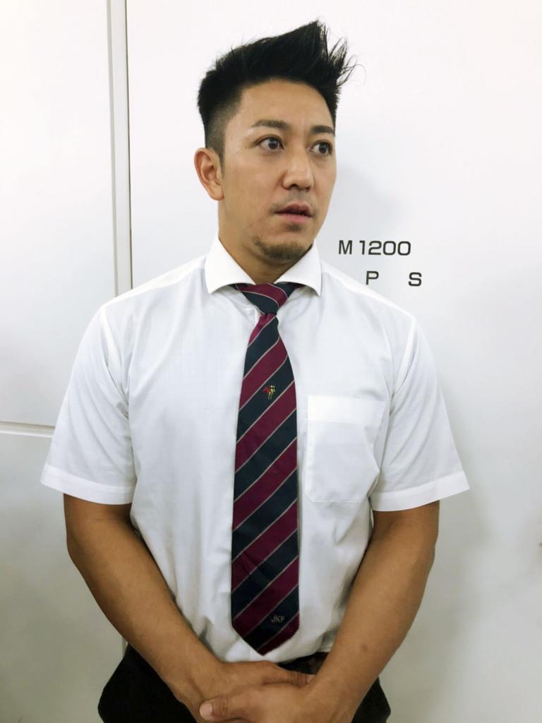 成田空港で取材に応じる空手形男子の喜友名諒=8日