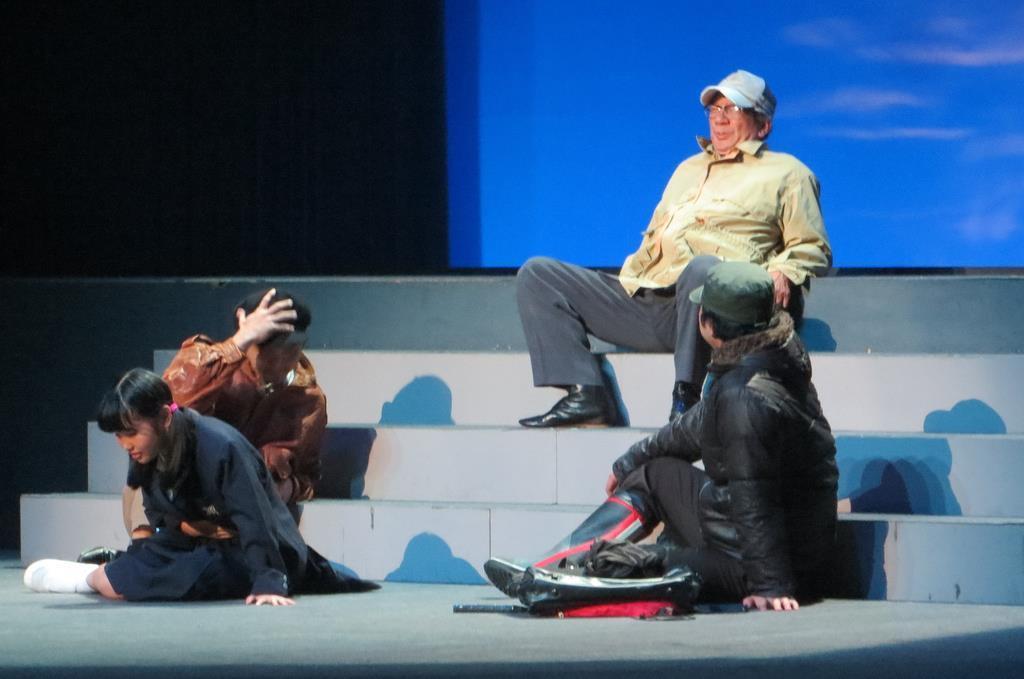 横田めぐみさんが北朝鮮工作員に拉致される様子を描く舞台劇が上演された=東京都立川市錦町の「たましんRISURUホール」