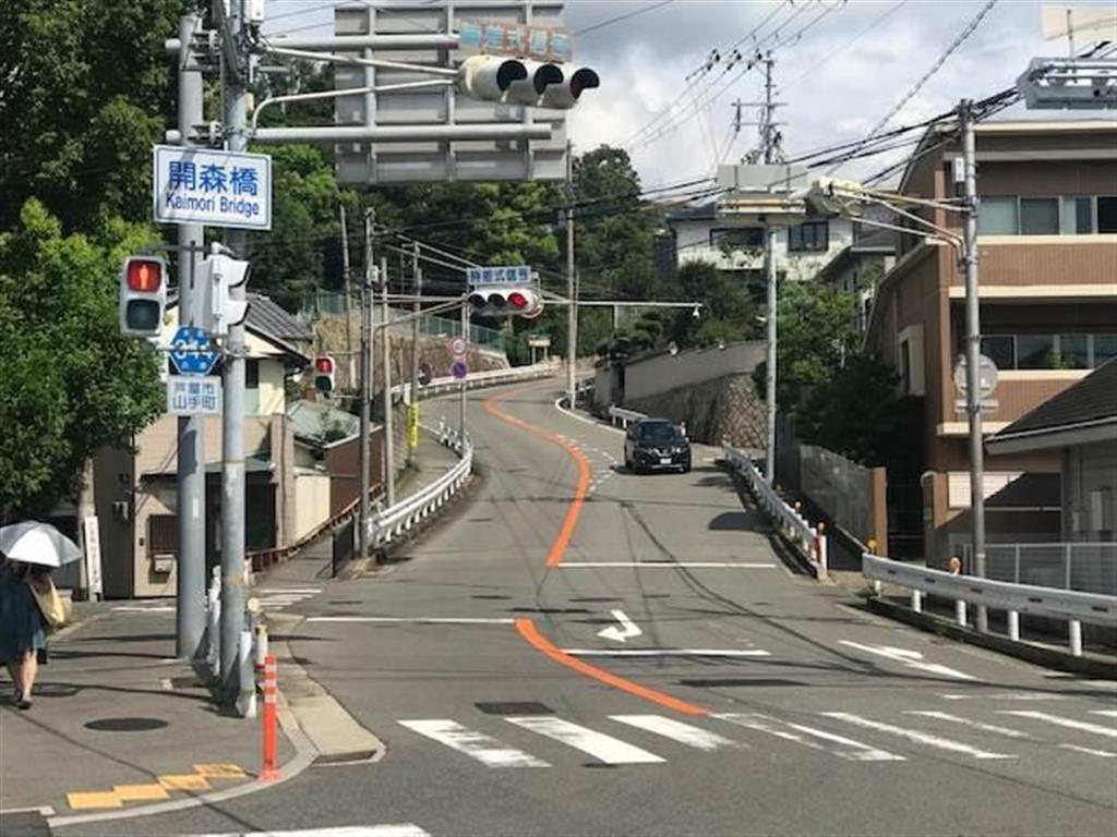 ライト坂の入り口。最大約14%の勾配の坂が始まる=兵庫県芦屋市