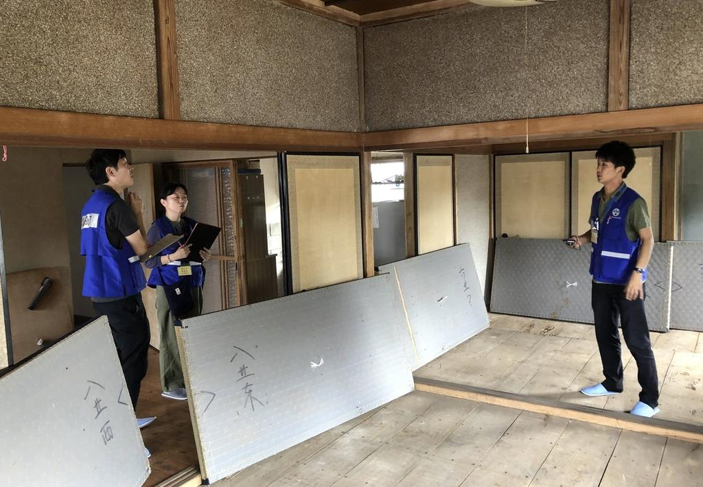 被災した家屋の室内を調査する川崎市からの応援職員=7日、千葉県館山市上真倉(永田岳彦撮影)