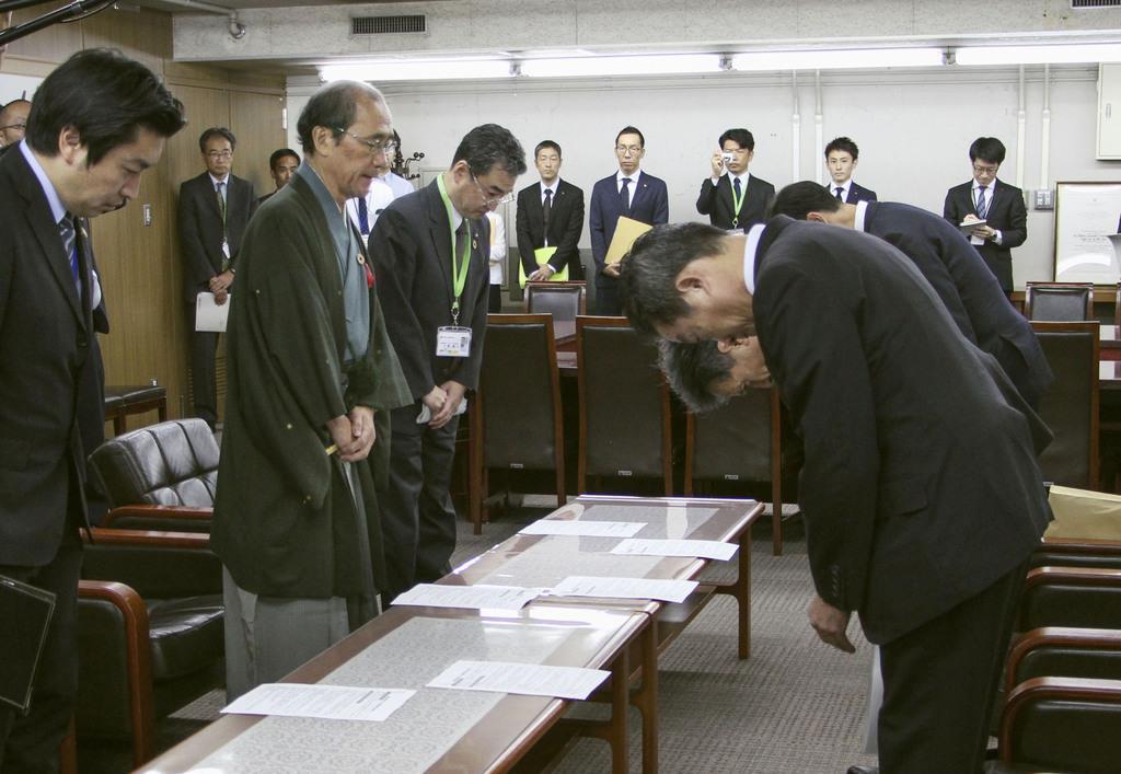 門川大作京都市長(左手前から2人目)と面会し、頭を下げる関西電力の幹部ら=8日、京都市役所