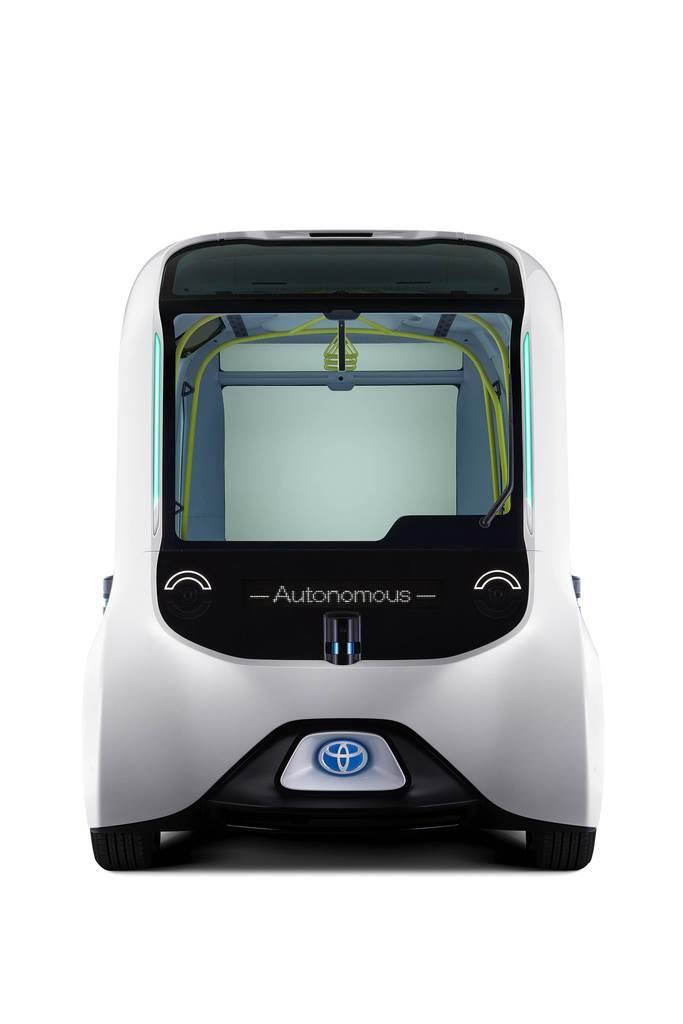 """東京五輪・パラリンピック選手村内循環バス仕様のトヨタ自動車の自動運転車「イーパレット」。歩行者を感知し停車して譲る際は""""笑顔の表情""""を見せる(トヨタ提供)"""