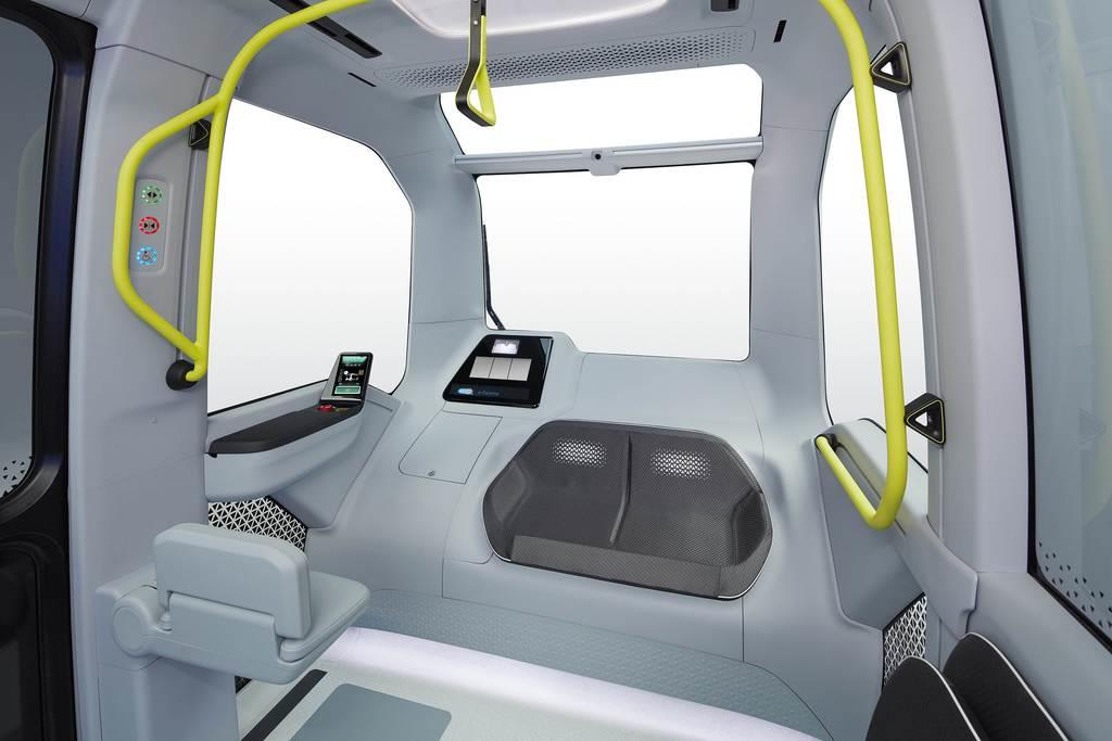 東京五輪・パラリンピック選手村内循環バス仕様のトヨタ自動車の自動運転車「イーパレット」の車内前部。運転席がなく、代わりに左側のスクリーンにカメラが捉えている周辺映像が映される(トヨタ提供)
