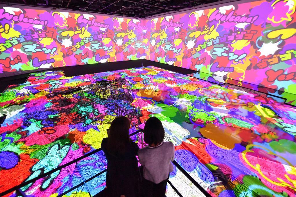 森ビルの都市研究施設「森ビルアーバンラボ」にある、東京13区分の巨大な模型。プロジェクションマッピングでアニメーションが投影された=9日午後、東京都港区(宮崎瑞穂撮影)