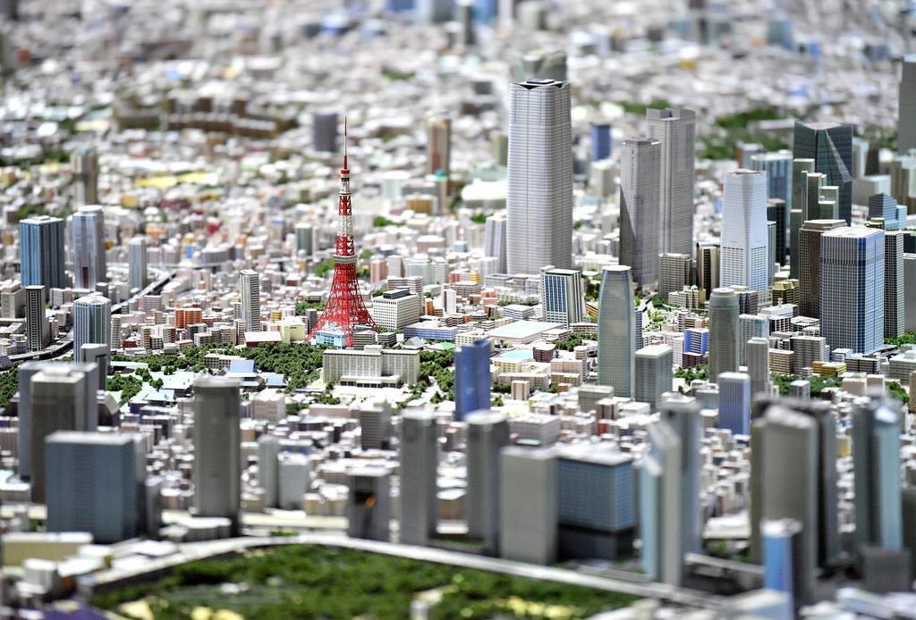 森ビルの都市研究施設「森ビルアーバンラボ」にある、東京13区分の巨大な都市模型。中央は東京タワー=9日午後、東京都港区(宮崎瑞穂撮影)