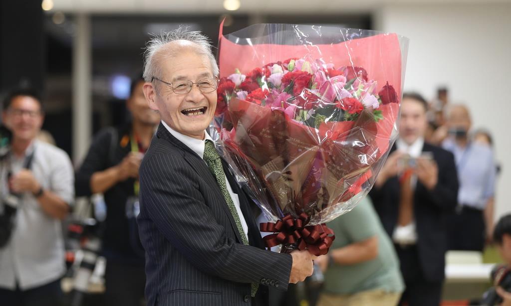 花束を受け取る旭化成の吉野彰名誉フェロー=9日午後、東京都千代田区(古厩正樹撮影)