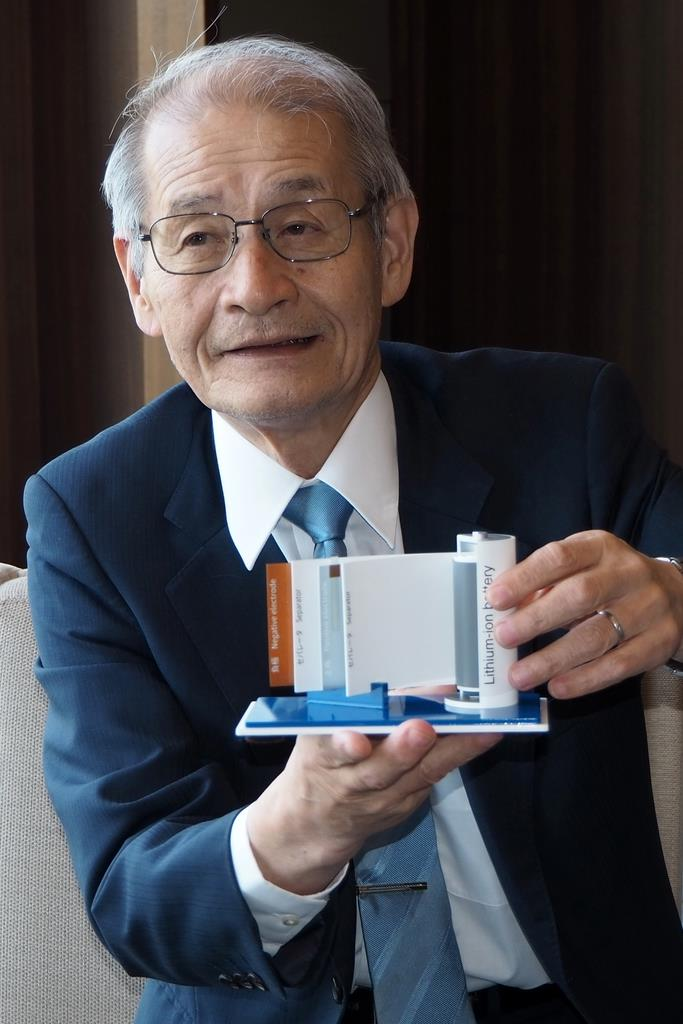 リチウムイオン電池の仕組みを模型を使って説明する旭化成の吉野彰名誉フェロー=昨年4月、東京都千代田区(草下健夫撮影)