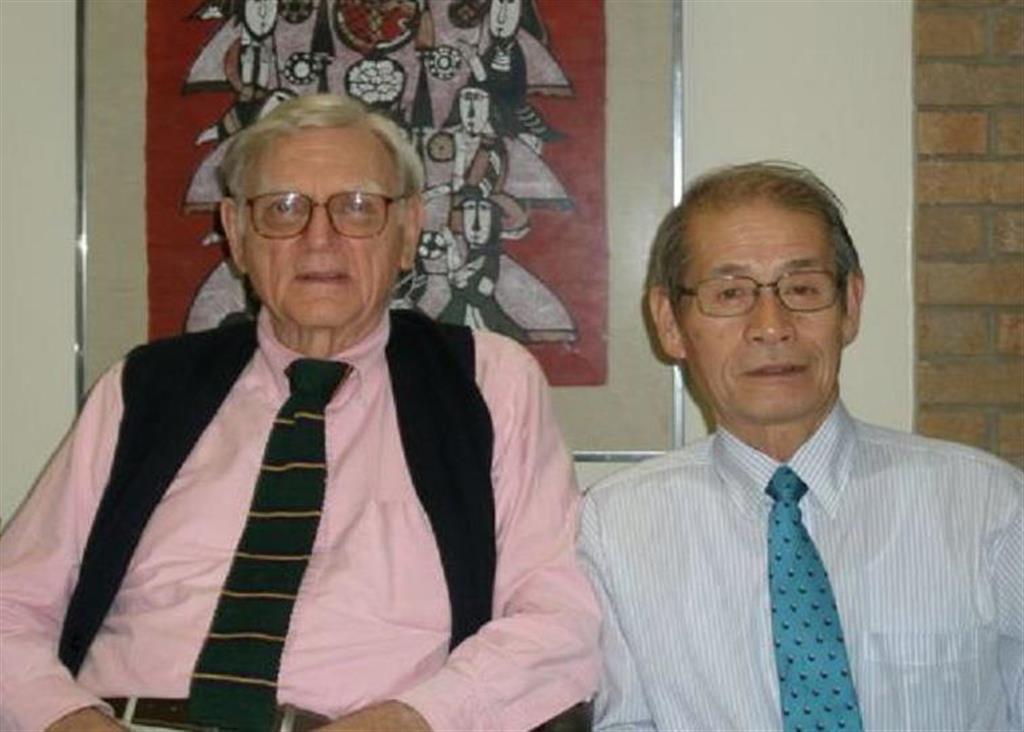 リチウムイオン電池の正極を考案したグッドイナフ氏を訪問した吉野彰氏(右)=平成23年、米テキサス大(旭化成提供)