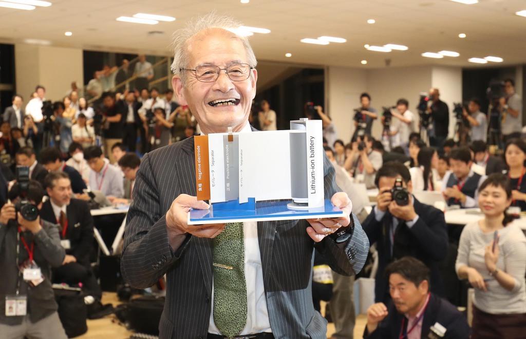 電池の模型を手に笑顔の旭化成の吉野彰名誉フェロー=9日午後、東京都千代田区(古厩正樹撮影)