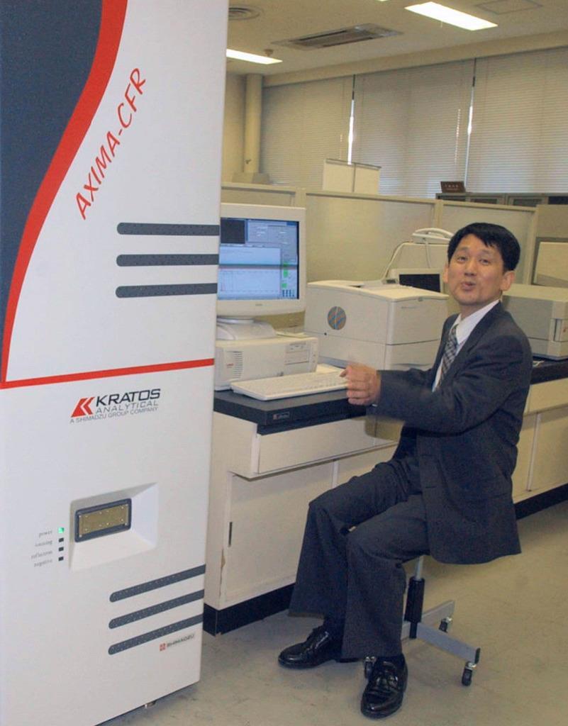 2002年10月、ノーベル化学賞受賞決定につながった、タンパク質の質量分析装置を説明する田中耕一さん=京都市中京区の島津製作所