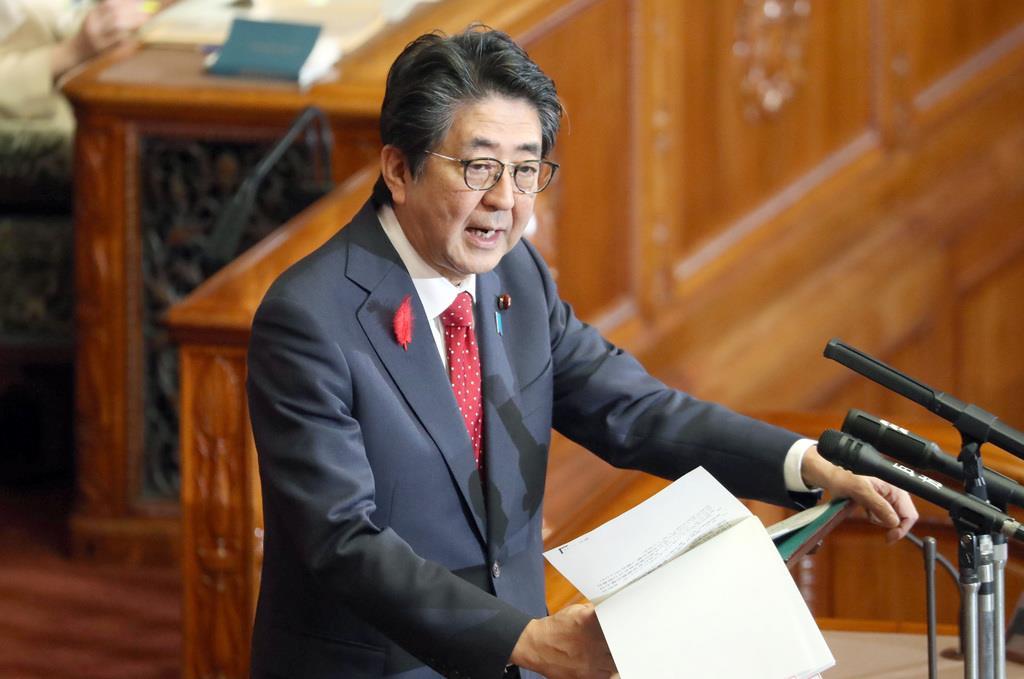 参院本会議で答弁する安倍晋三首相=9日午後、国会(春名中撮影)