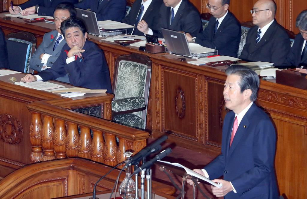 参院本会議で質問する公明党・山口那津男代表。左奥は安倍晋三首相=9日午前、国会(春名中撮影)