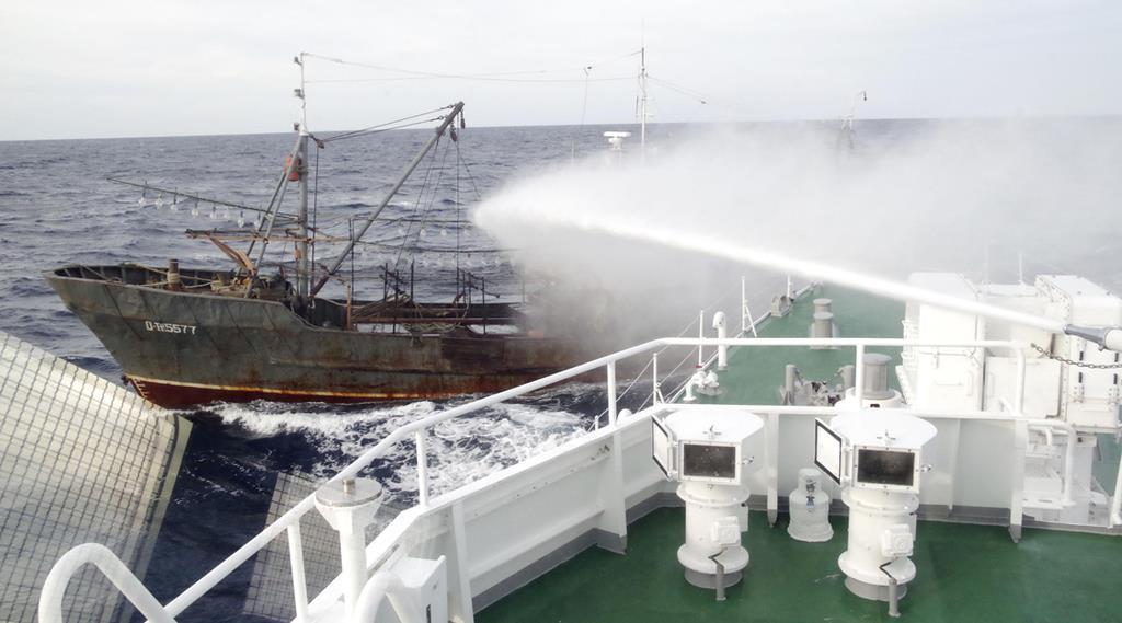 平成30年9月、大和堆周辺で海上保安庁の巡視船から放水を受ける北朝鮮漁船(同庁提供)