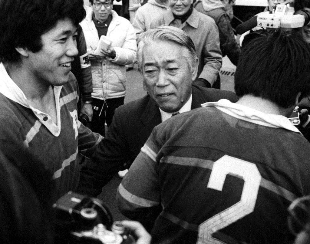 大学選手権で明治大を下し日本一に輝いた、同志社大の岡仁詩さん(中央)=昭和58年1月